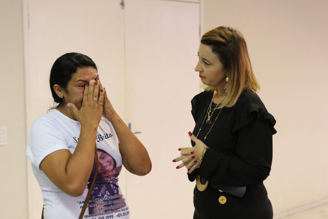 MÃE de Stefhani, Rosilene Brito foi ao DHPP agradecer aos delegados Rena Gomes (foto) e Leonardo Barreto