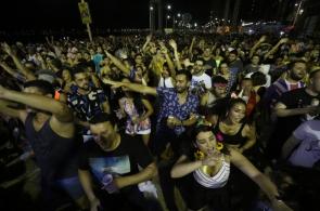 As Travestidas anima o público no pré carnaval de Fortaleza. (Foto: Mateus Dantas / O Povo)