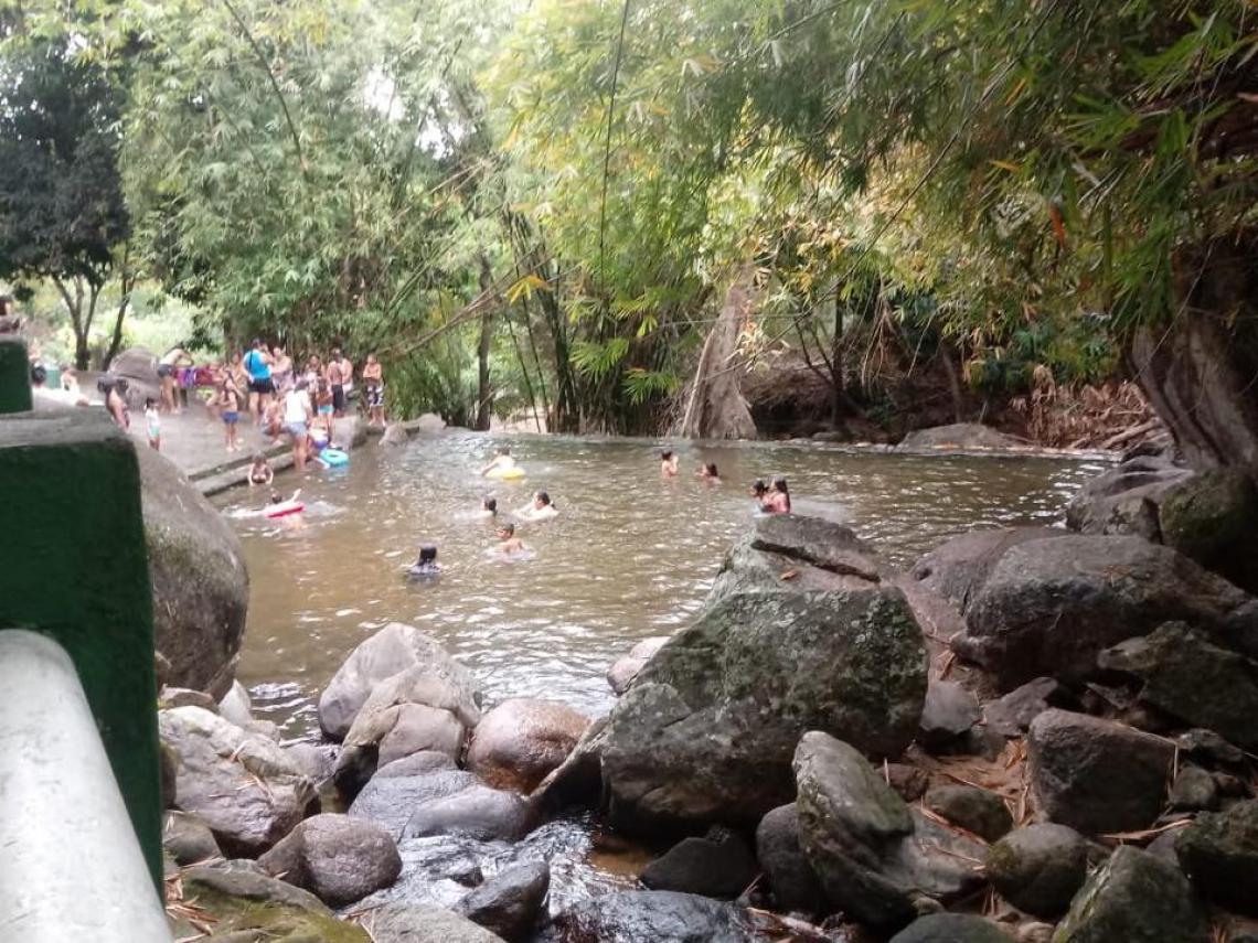 O Balneário possui quatro piscinas de águas naturais e uma piscina de água artificial, além de bicas de água em toda a extensão do parque (Foto: Reprodução/Facebook)