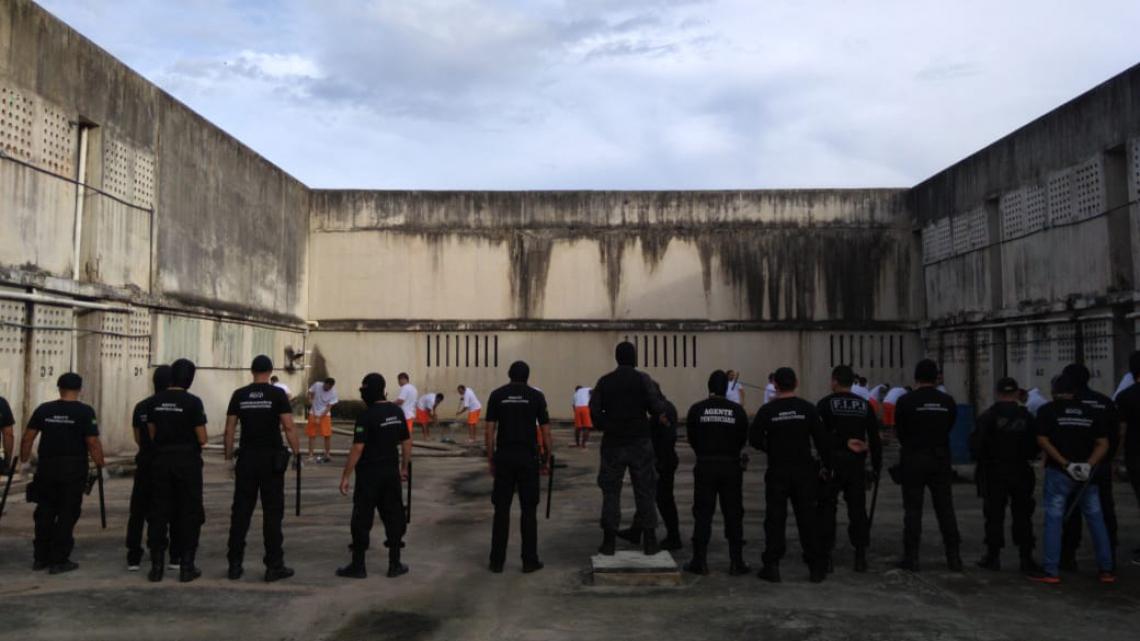 Detentos realizam limpeza em presídio cearense com escolta de agentes federais (WhatsApp/ O POVO)