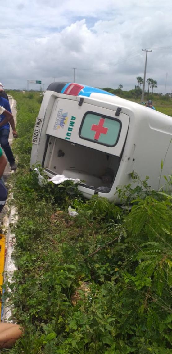 Veículo saiu da estrada e tombou. (Foto: via WhatsApp O POVO)