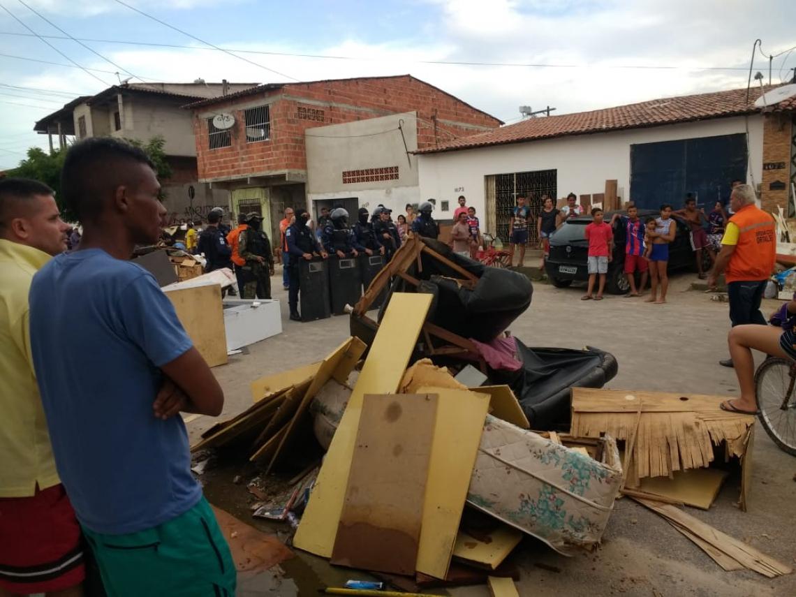 Moradores do São Cristóvão realizam protesto e bloqueiam uma parte da avenida Governador Leonel Brizola. (Foto: Via WhatsApp)