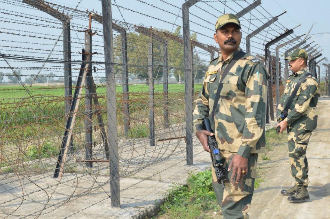 Integrante das forças de segurança da fronteira da Índia na cerca que divide o País do Paquistão (Foto: NARINDER NANU/AFP)