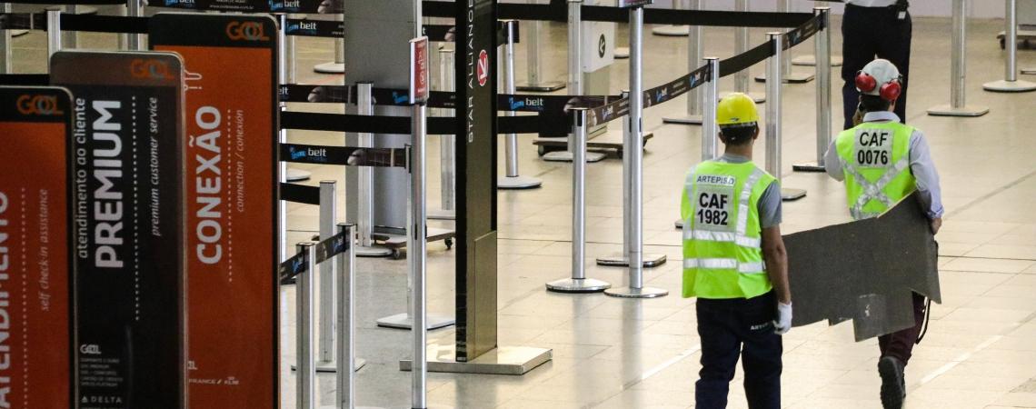 TAPUMES, sons de máquinas e operários podem ser observados no Aeroporto
