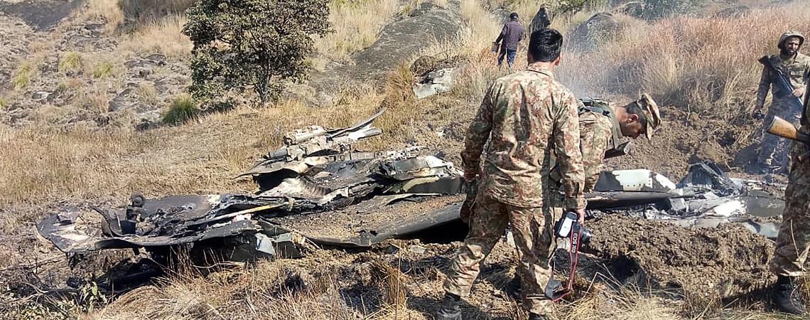 SOLDADOS paquistaneses ao lado dos destroços de avião indiano que teria sido abatido