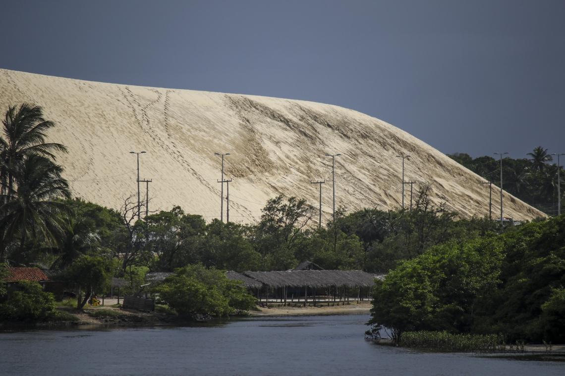 Areia da duna na Sabiaguaba começa a ser retirada.