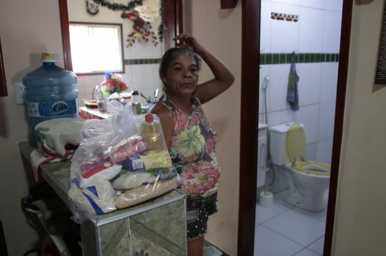 Francisca Manuela de Araújo, 45, teve ajuda da igreja com a doação de cesta básica.