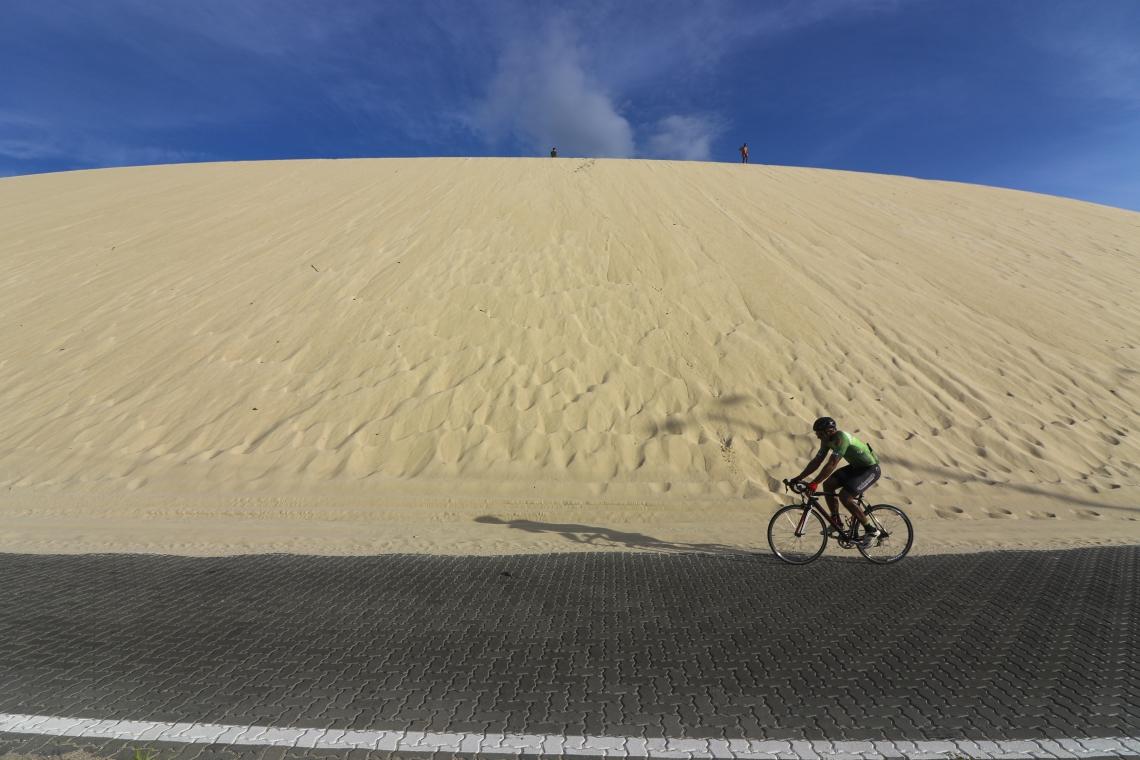 Areia da duna que cobre parte da rodovia CE-010, que liga o bairro Sabiaguaba ao Eusébio, será retirada.
