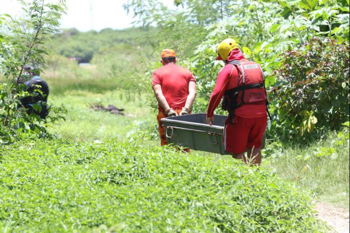 FORTALEZA, CE, BRASIL,09.03.2018: resgate dos corpos de 3 mulheres mortas por faccoes rivais e enterradas em um mangue no bairro Vila Velha.  (Fotos: Fábio Lima/O POVO)