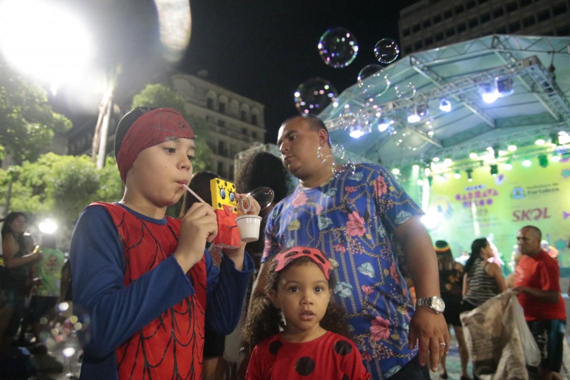 Crianças usam fantasia de super-heróis e se divertem no carnaval de Fortaleza. (Foto: Júlio Caesar / O POVO)