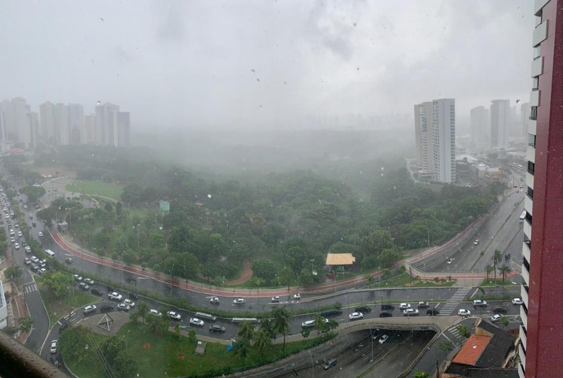 Esta quinta-feira, 28, começou com chuva em Fortaleza (Foto: Antenor Naspolini / Especial para O POVO Online)
