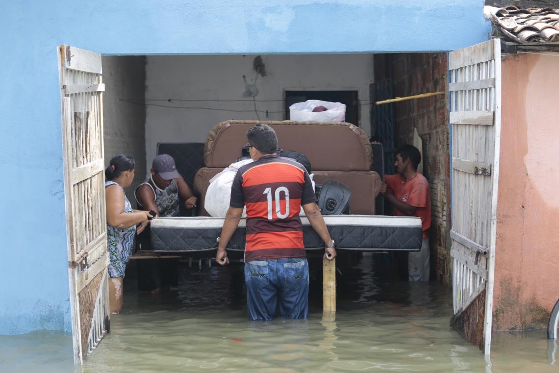 Famílias perdem móveis após inundação e são alojadas em equipamentos da Rede CUCA. (Foto: Aurélio Alves / O POVO)