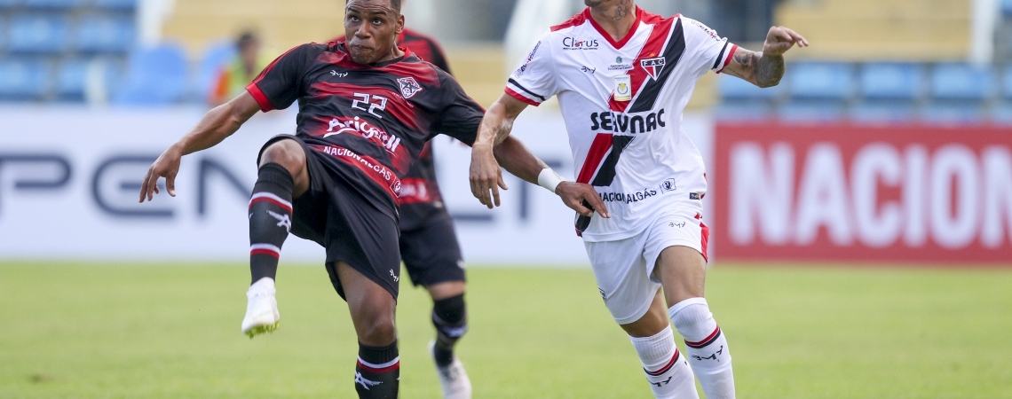 Siloé (de branco) está à disposição do técnico Marcelo Vilar