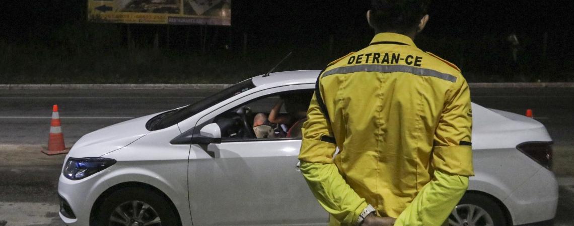 AGENTES do Detran atuam em blitze na saída de Fortaleza e também em vias da Capital