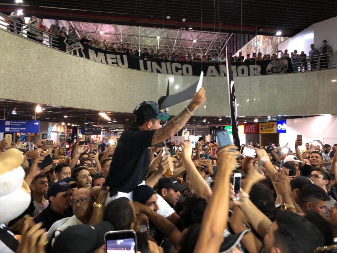 Leandro Carvalho nos braços da torcida na madrugada desta sexta-feira. (Foto: Reprodução/Twitter/Cearasc.com)