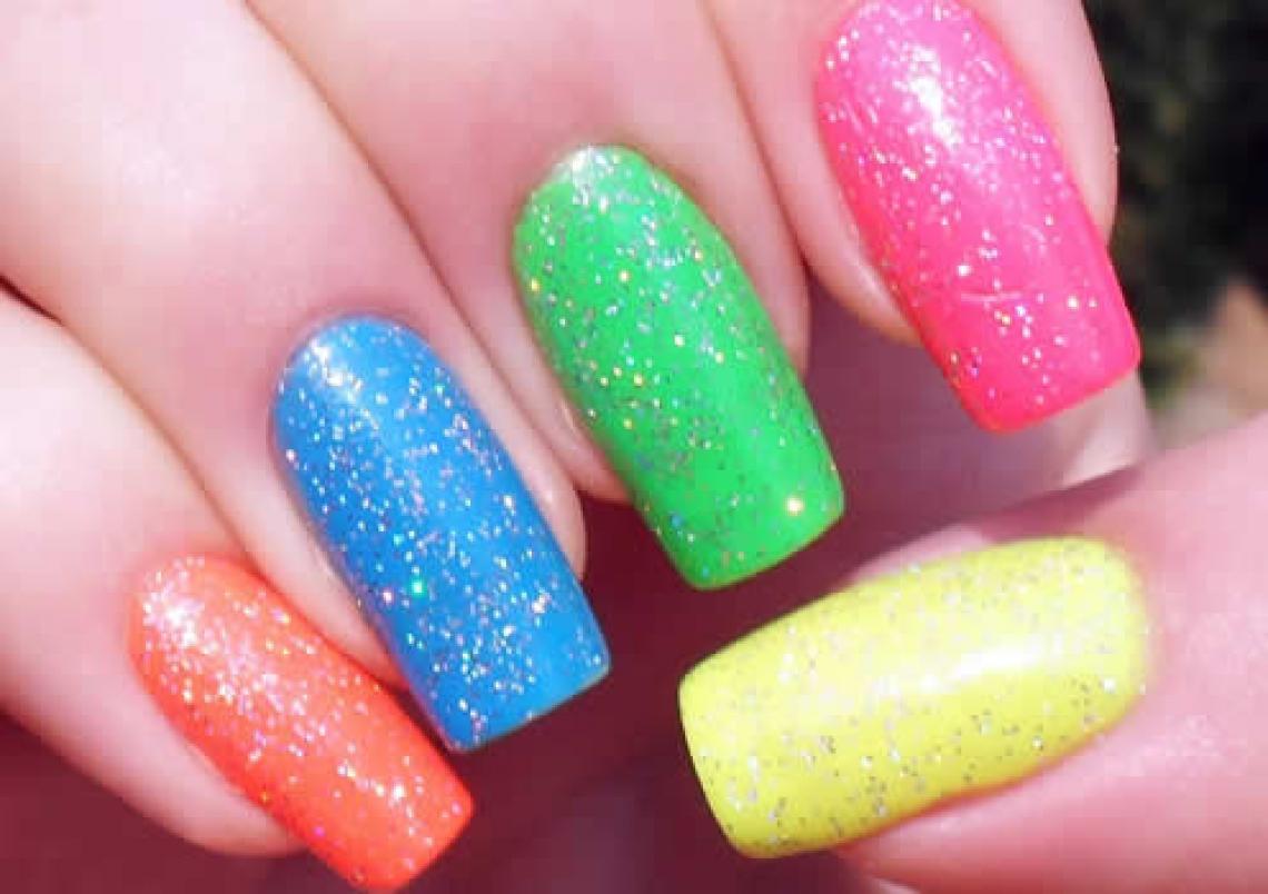 Unhas de diversas cores