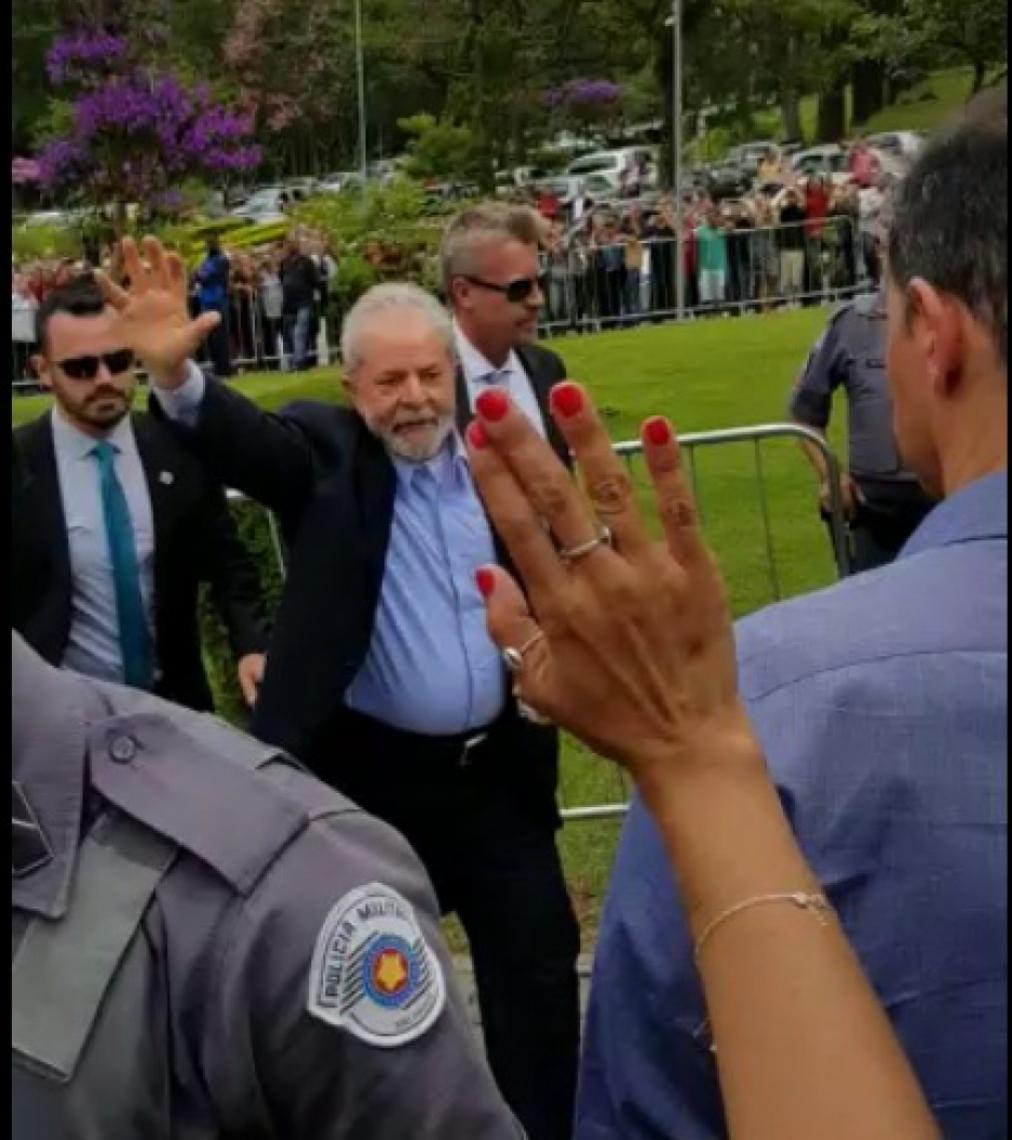 O ex-presidente Lula chega ao local do velório.