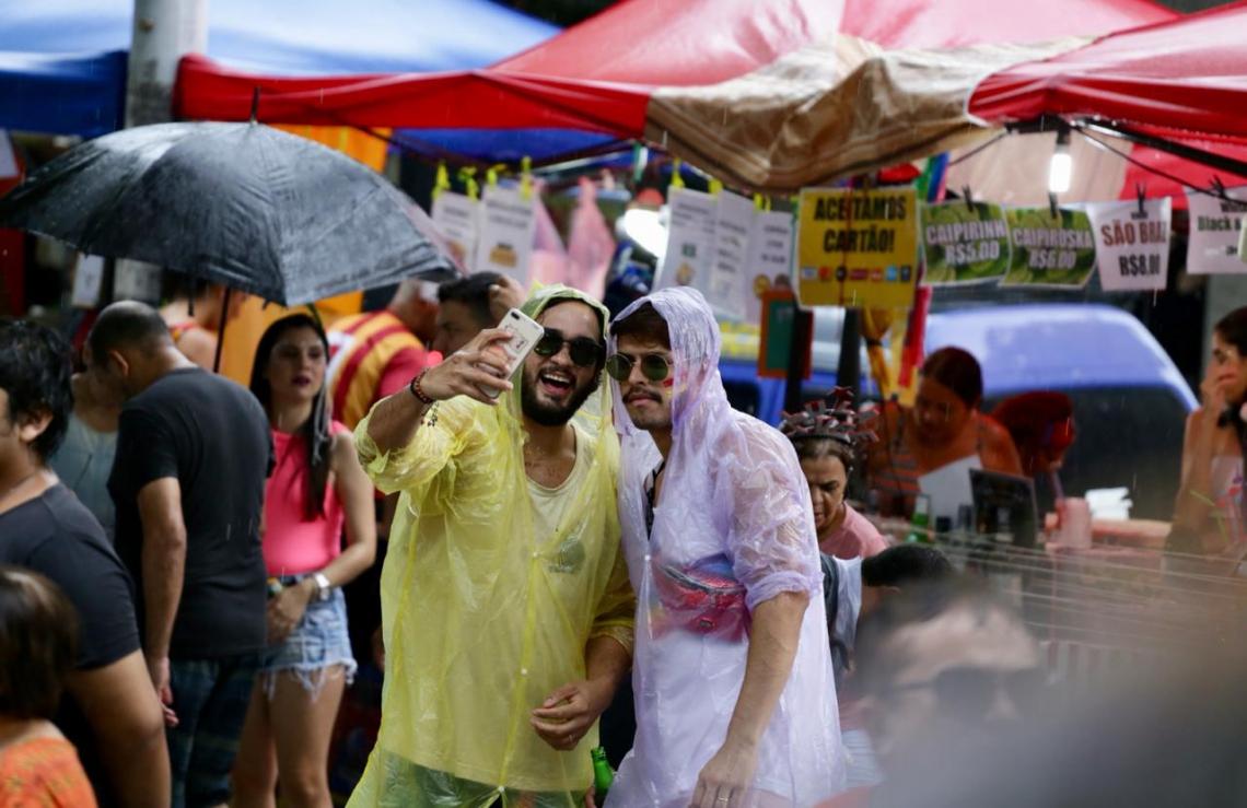 Foliões aproveitam a festa na praça João Gentil, no Benfica. (Foto: Marília Camelo/O POVO)