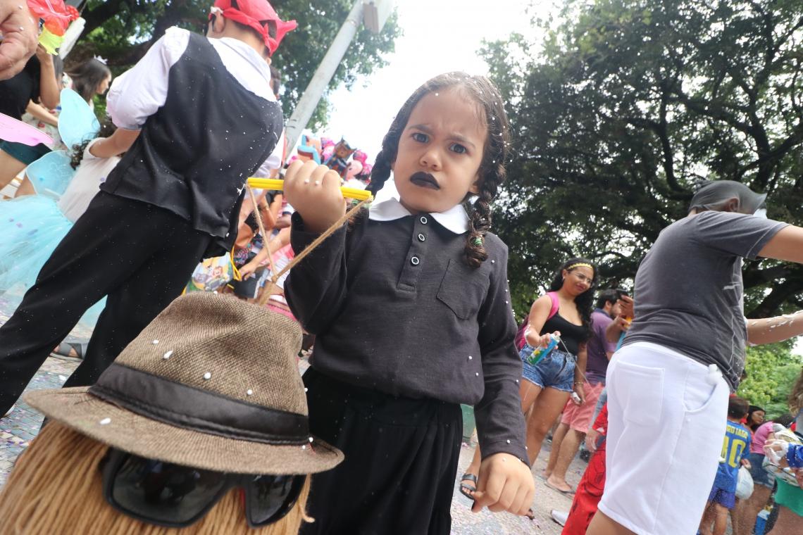 Tarsila Bezerra, 3 anos, chamou a atenção com a fantasia de Wandinha, personagem da Família Addams
