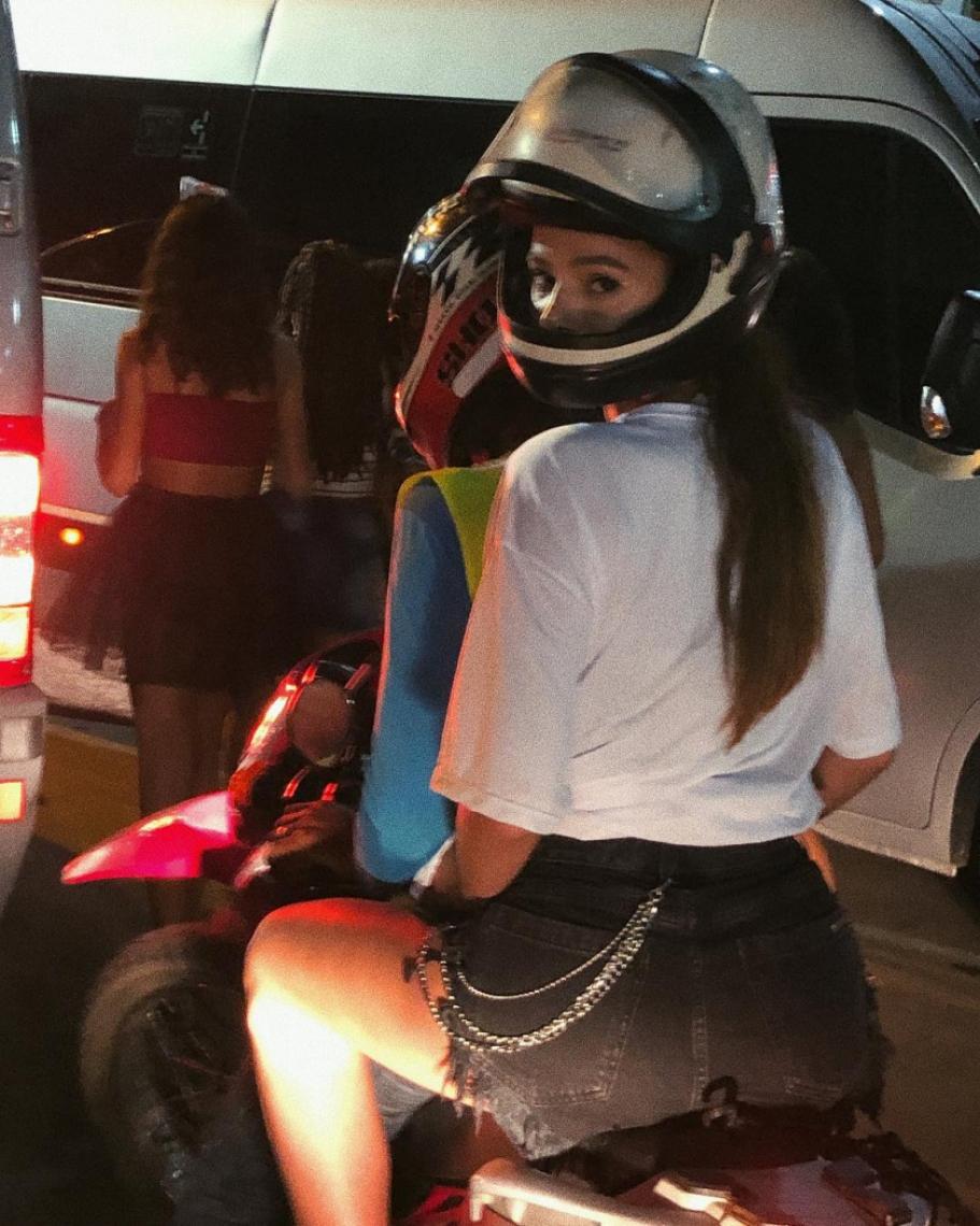 Bruna Marquezine deixa folia em Salvador de mototáxi. (Foto: Reprodução/Instagram)