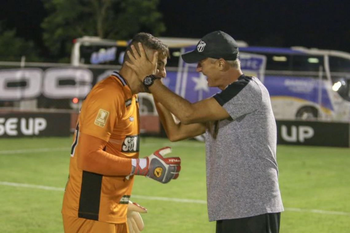 Fernando Henrique comemora classificação na Copa do Brasil com o técnico Lisca (Foto: Felipe Santos/cearasc.com)