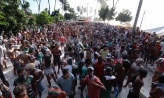 Foliões participam de mela-mela no Paracuru (Foto: Gustavo Simão / O POVO)