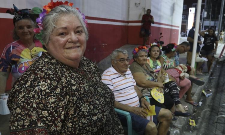 Nely Queiroz, 66, mora na rua Senador Pompeu e sempre acompanha o Carnaval na avenida Domingos Olímpio (Foto: Alex Gomes/ Especial para O POVO)