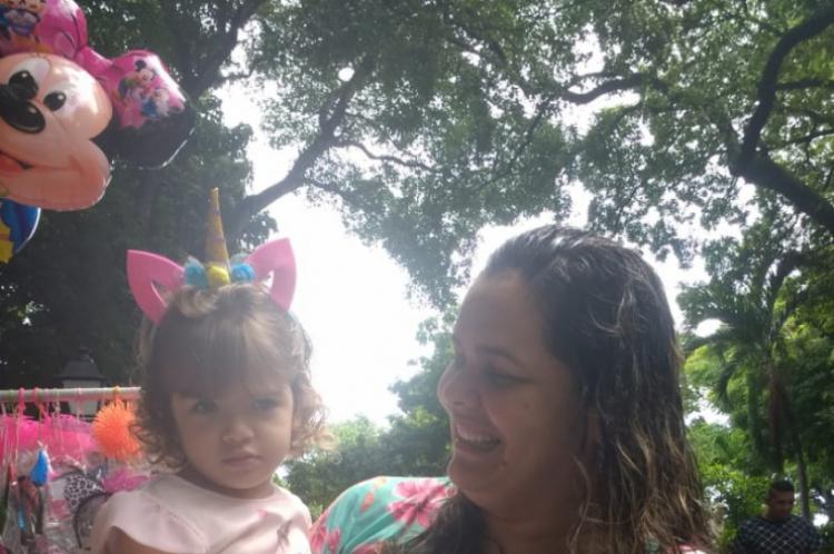 Manoela Pontes, de 2 anos, curte seu primeiro Carnaval ao lado da mãe Izabel Pontes, 42
