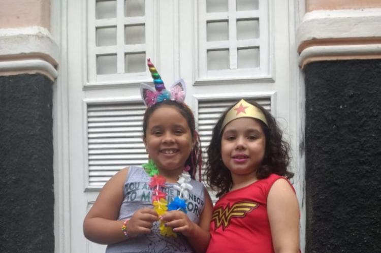 A pequenas Marryane Vitória Rocha, 7, e Luiza Silveira de Freitas, 7, também escolheram seus personagens preferidos para cair na festa