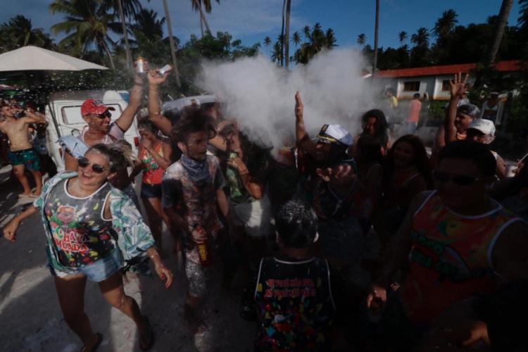 Pessoas se divertem no Carnaval de Paracuru