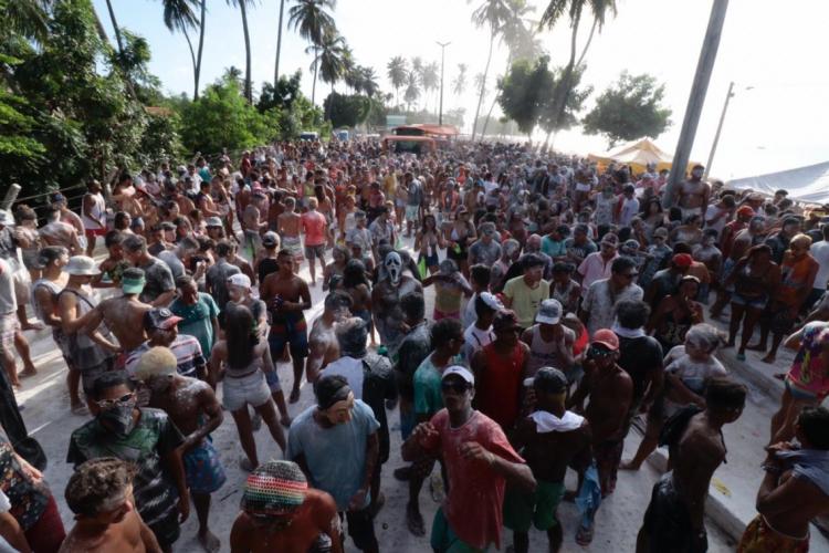 Foliões participam de mela-mela na cidade de Paracuru em 2019   (Foto: Gustavo Simão)