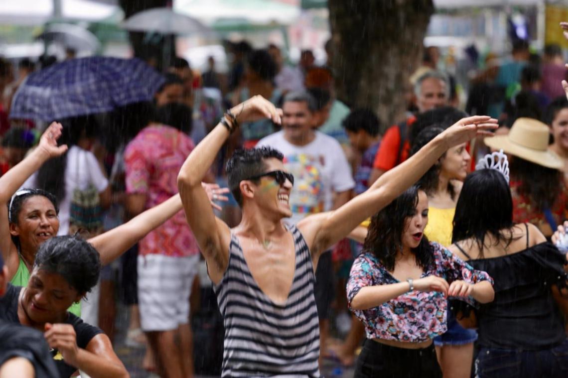 Foliões se divertem com chuva no Benfica (Foto: Marilia Camelo/ Especial para O POVO)