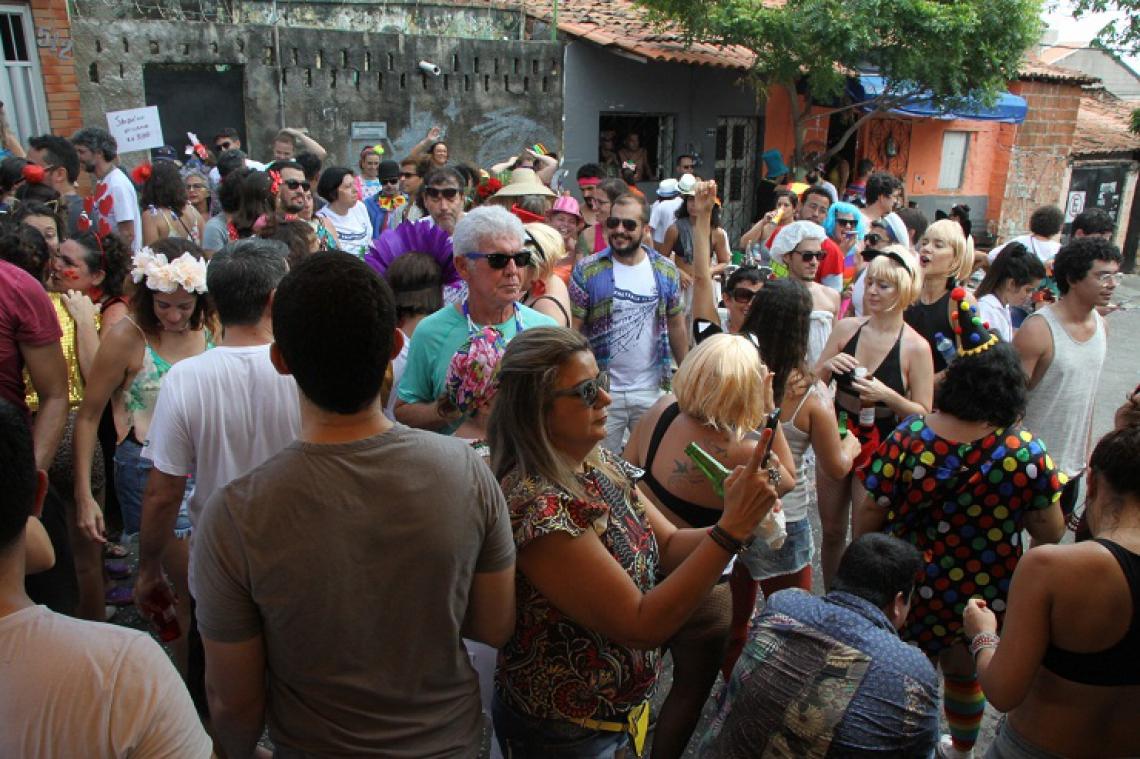 Na rua Castro Alves com a rua Fiscall Vieira, no bairro Joaquim Távora, famílias e amigos fizeram seu Carnaval, em pleno asfalto. (Foto: Mauri Melo/O POVO).
