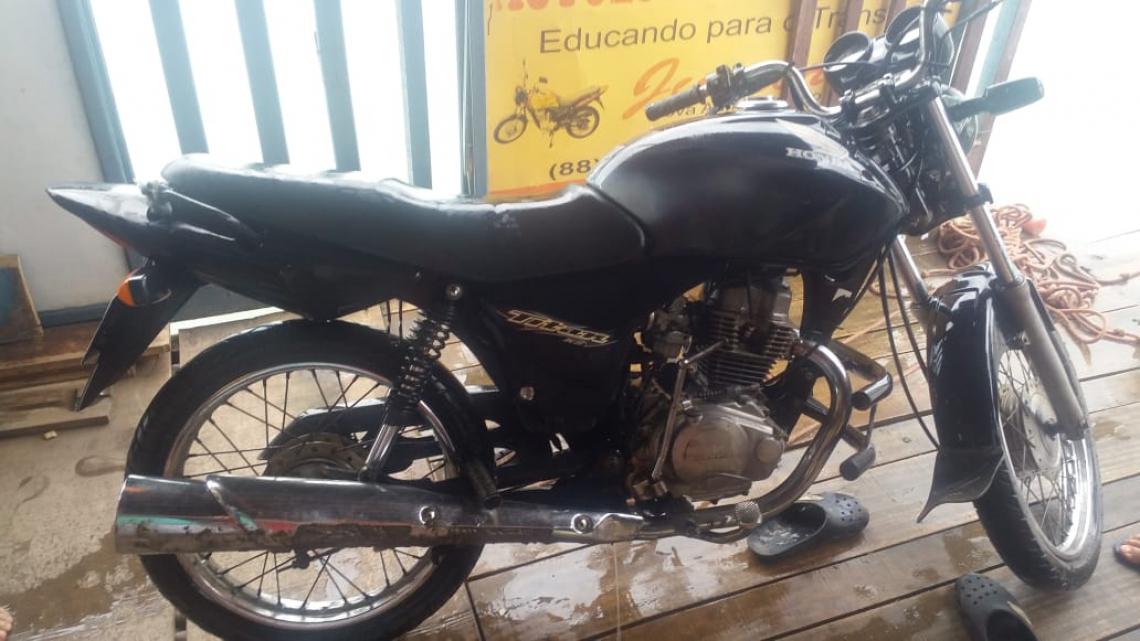 Moto havia sido roubada no município de Iguatu. (Foto: via WhatsApp O POVO)