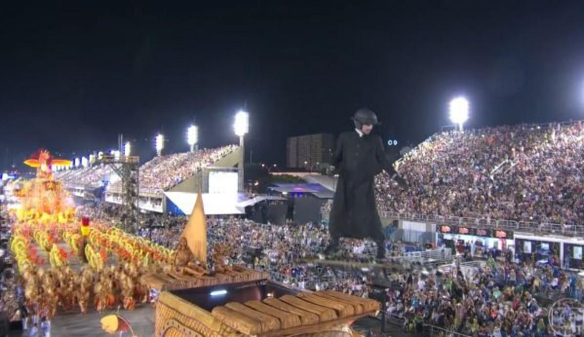 Padre Cícero voa sobre a Sapucaí em desfile da União da Ilha do Governador