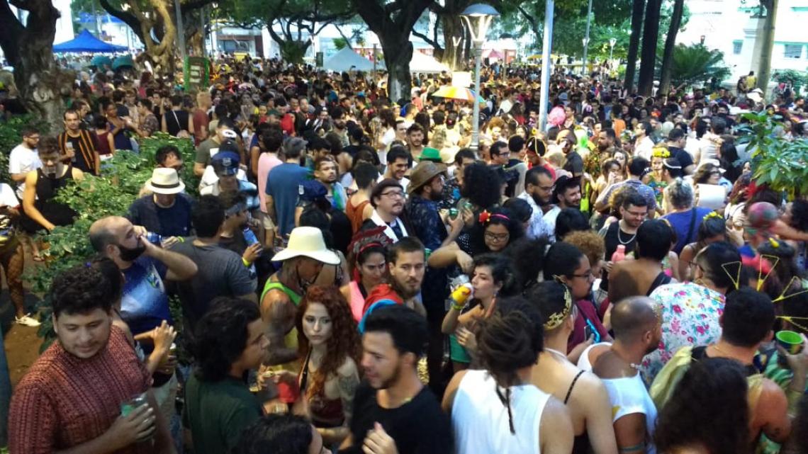 Multidão de foliões acompanha o bloco As Gata Pira nesta terça-feira