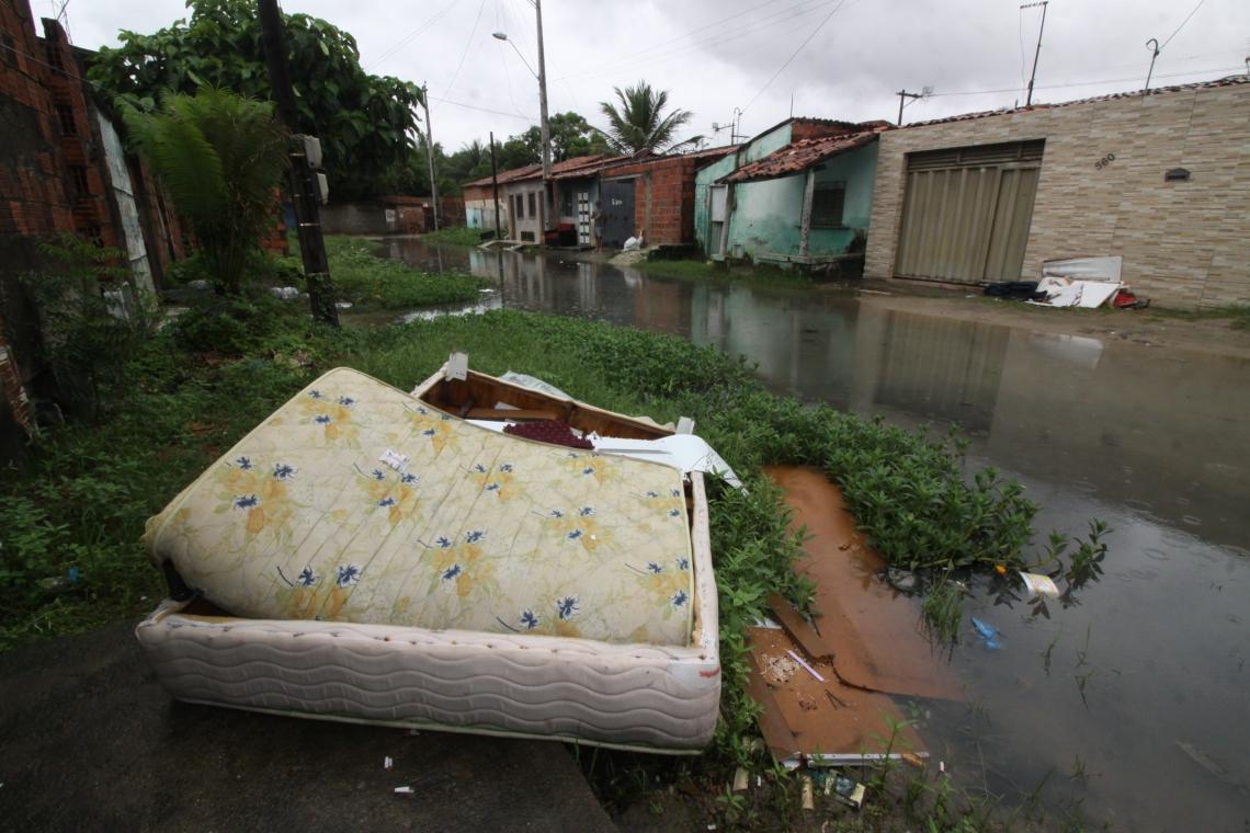 Casas atingidas pela chuva no Jangurussu (Foto: Mauri Melo/O POVO).
