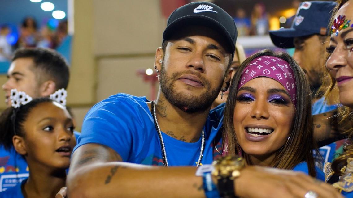 Anitta e Neymar se beijam em camarote. (Foto: Mauro Pimentel/AFP)