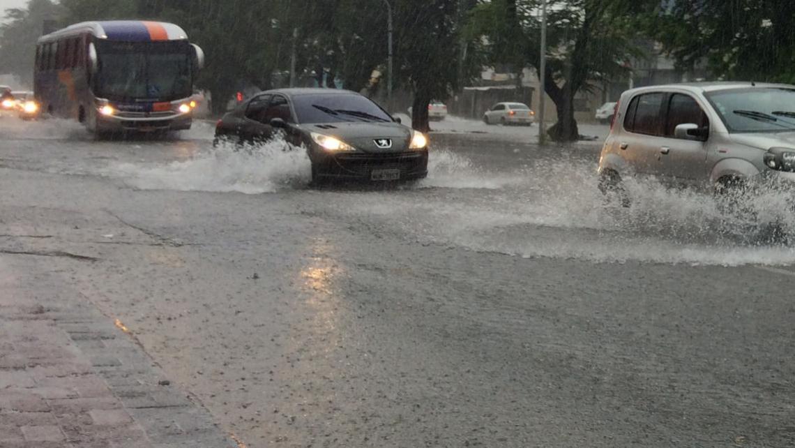 Avenida Bezerra de Menezes tem pontos de alagamento (Foto: Reprodução/WhatsApp O POVO)