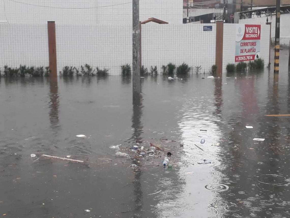 Lixo acumulado boia na água da chuva na avenida Heráclito Graça (Foto: Leonardo Maia/Especial para O POVO)