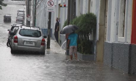 Rua Boris alagada, atrás do Centro Dragão do Mar e e batidas de carros na avenida Raul Barbosa , no bairro Lagamar. (Foto: Mauri Melo/O POVO)