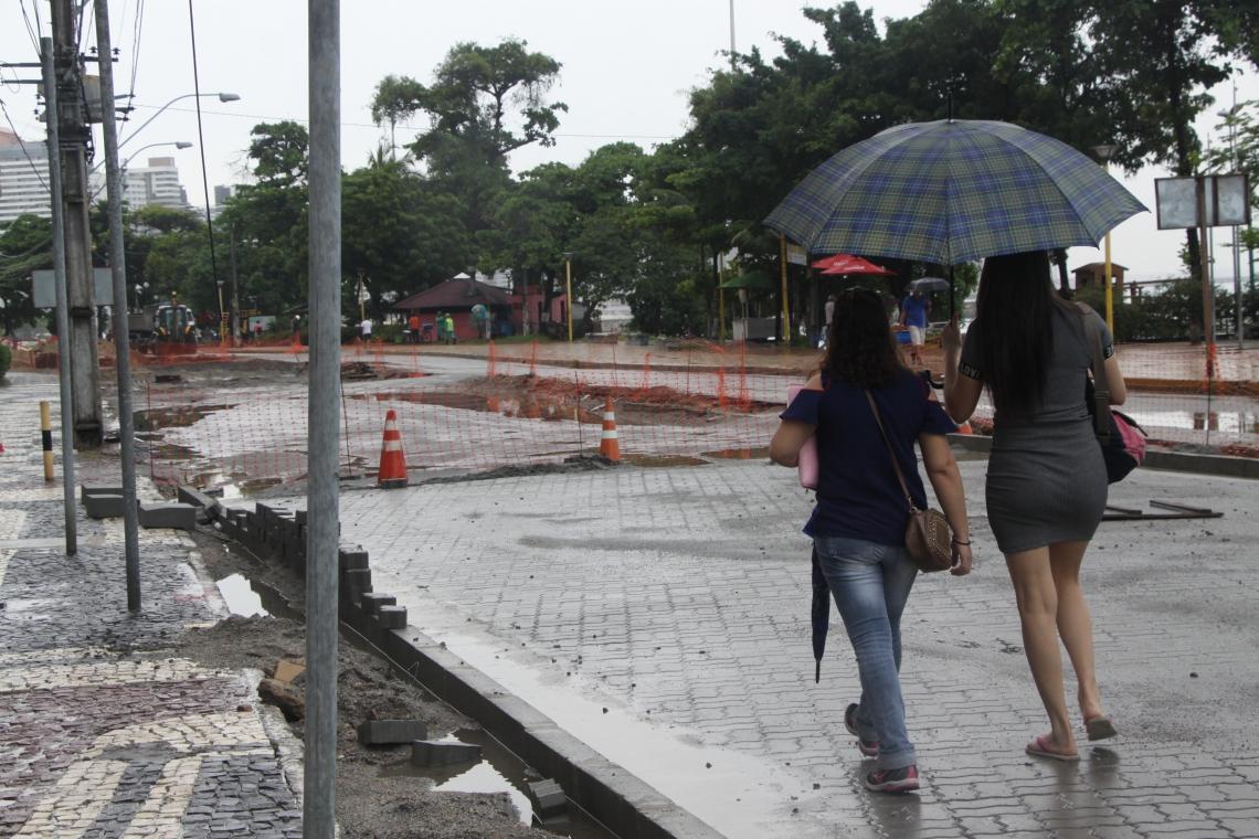 Chuva atrapalha as obras da avenida Beira Mar e deixa avenida intransitável. (Foto: Mauri Melo/O POVO).