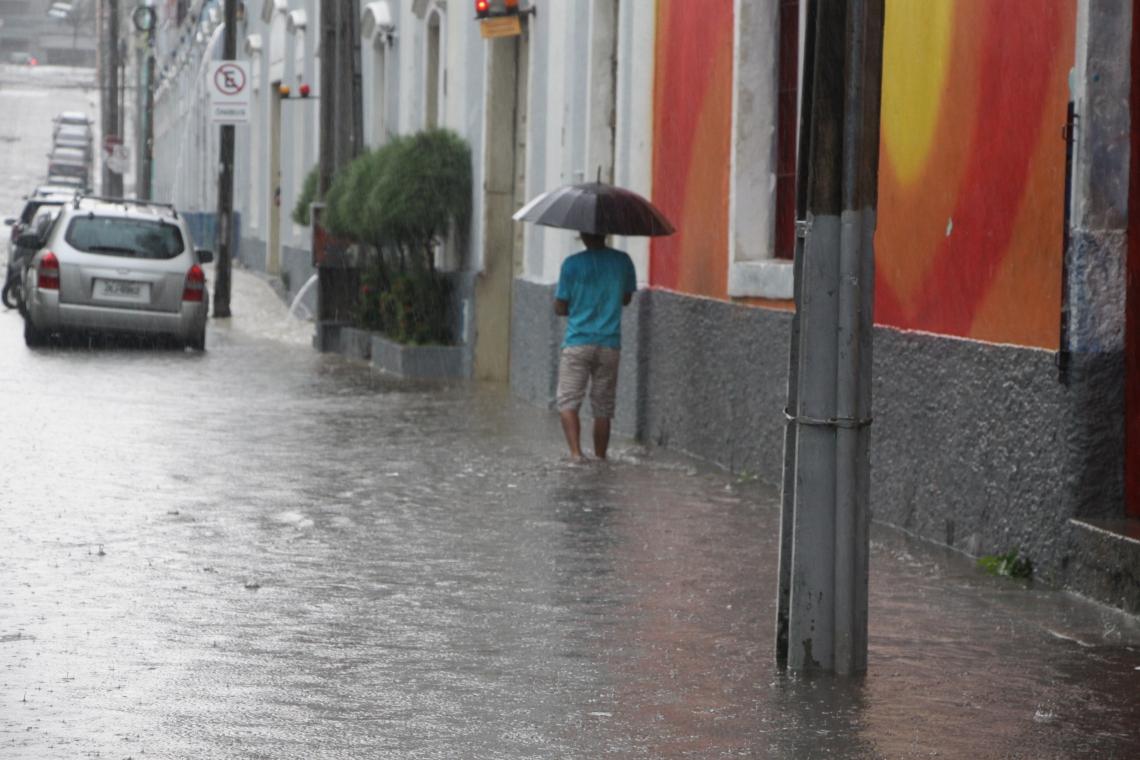 FORTALEZA, CE, BRASIL, 07-03-2019: Rua Boris alagada, atrás do Centro Dragão do Mar e e batidas de carros na avenida Raul Barbosa , no bairro Lagamar. (Foto: Mauri Melo/O POVO).