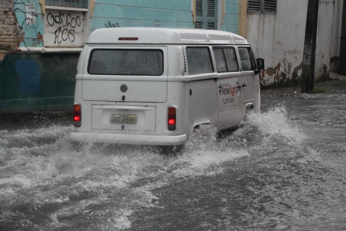 Rua Boris, na Praia de Iracema, foi um dos pontos de acúmulo de água em Fortaleza