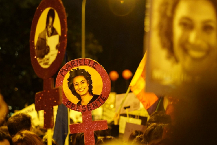 Manifestantes homenageiam Maria da Penha e Marielle Franco durante manifestação em Madrid (FOTO: Yuri Alexsander/Especial para O POVO)