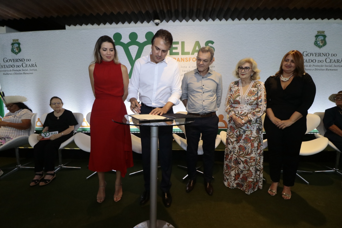 O governador Camilo Santana formalizou a implantação da Casa da Mulher Cearense.(Foto: Gustavo Simão/ Especial para O POVO)