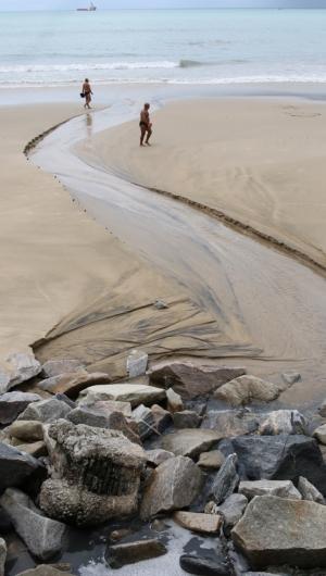 Rede de drenagem é usada de forma ilegal  (Foto: FABIO LIMA)