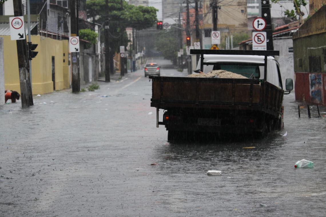Chuva atinge vários trechos de Fortaleza, e lixo acumulado em vários pontos. (Foto: Mauri Melo/O POVO).