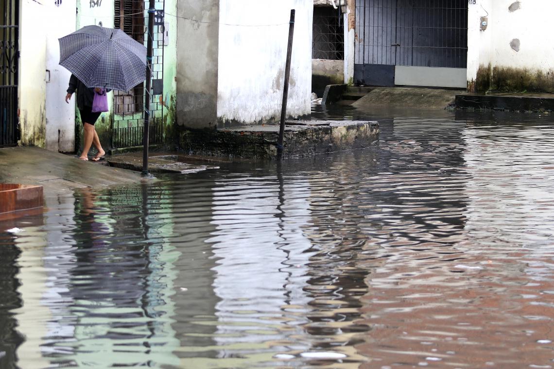 Trecho alagado na Rua Capitão Olavo, Aerolândia. Manhã de chuva.  (Fotos: Fábio Lima/O POVO)