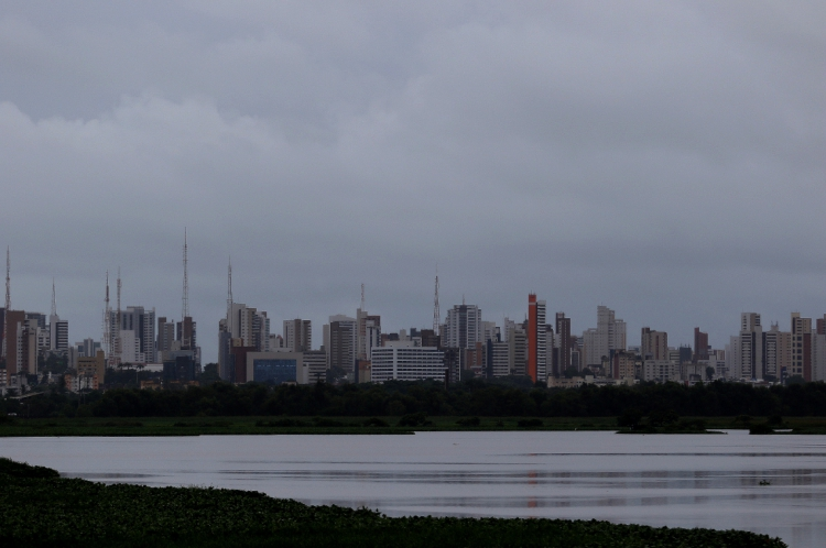 Imagem mostra céu nublado visto do bairro Aerolândia (Fotos: Fábio Lima/O POVO)